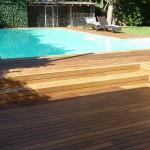 Particolare di rivestimento piscina esterna in legno Ipè con rivestimento gradini. Essenza apprezzata per le sue caratteristiche di resistenza, flessibilità e durezza. Realizzato da Linealegno Borgosatollo Brescia