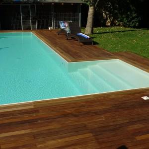 Particolare di rivestimento piscina esterna in legno Ipè, essenza apprezzata per le sue caratteristiche di resistenza, flessibilità e durezza. Realizzato da Linealegno Borgosatollo Brescia