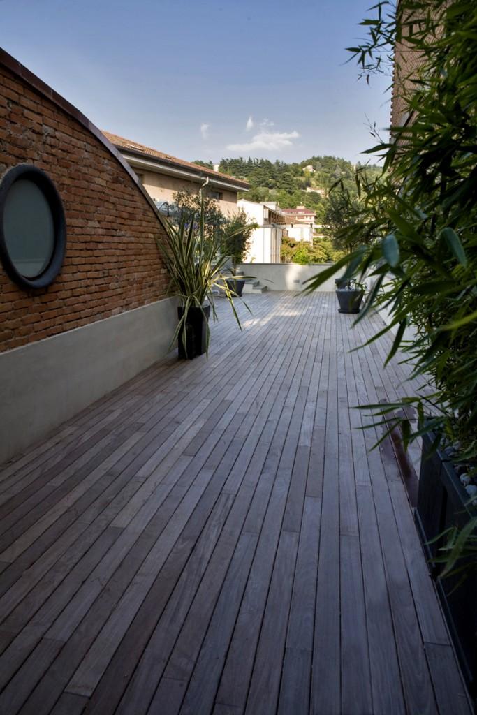 Pavimenti per esterni in legno in Ipè Lapacho montato su struttura di tubolari e avvitato con clips e viti. Materiale col tempo tendente al grigio. Realizzato da Linealegno Borgosatollo Brescia