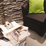 Elegante pavimento in Pvc posato a secco color grigio effetto argentato con rivestimento in pietra color grigio. Realizzato da Linealegno Borgosatollo Brescia