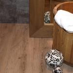 Piccolo dettaglio in pavimento in Pvc a listoni in Rovere Grigio. Realizzato da Linealegno Borgosatollo Brescia