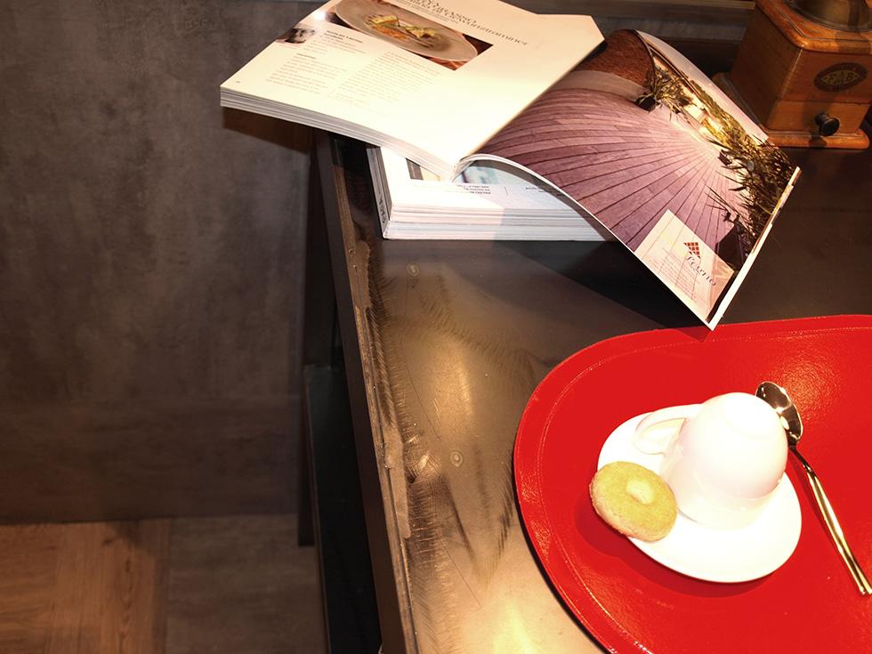 Dettaglio del rivestimento zona cucina in pavimento in Pvc color cemento. Realizzato da Linealegno Borgosatollo Brescia