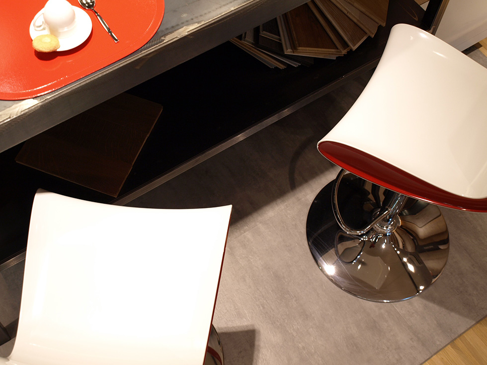Pavimento in Pvc adattabile in qualsiasi ambiente. Quadrotte di color Cemento posato a secco, Realizzato da Linealegno Borgosatollo Brescia