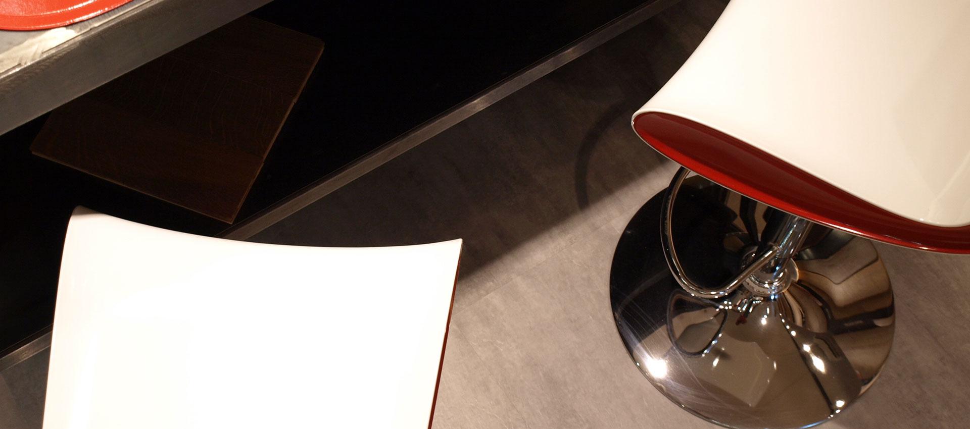 Dettaglio pavimento cucina PVC cemento grigio