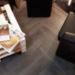 Nuovo elegante pavimento in Pvc posato a spina di pesce una tendenza senza tempo, posato a secco accoppiato di materassino fonoassorbente. Realizzato da Linealegno Borgosatollo Brescia.