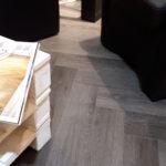 Dettaglio nuovo pavimento in Pvc a spina pesce il ritorno di un pavimento che ha fatto la storia. Realizzato da Linealegno Borgosatollo Brescia.